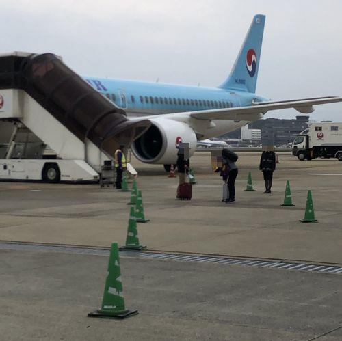 福岡国際空港から大韓航空の飛行機に搭乗している様子
