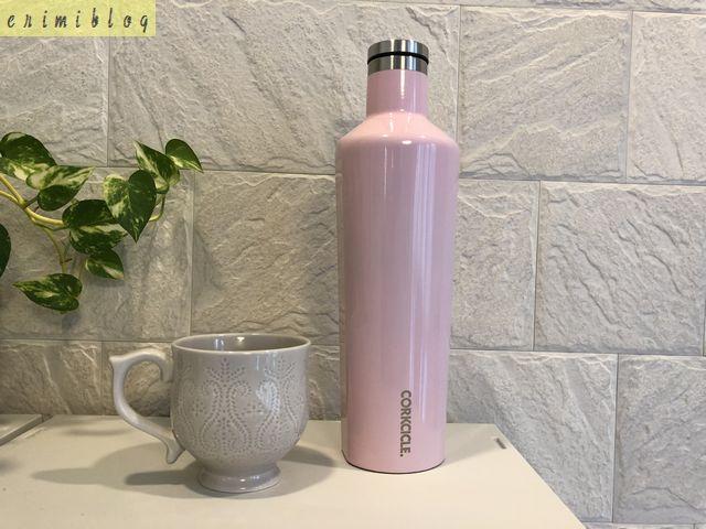 コークシクルの水筒とサイズを比べるために置いたマグカップ