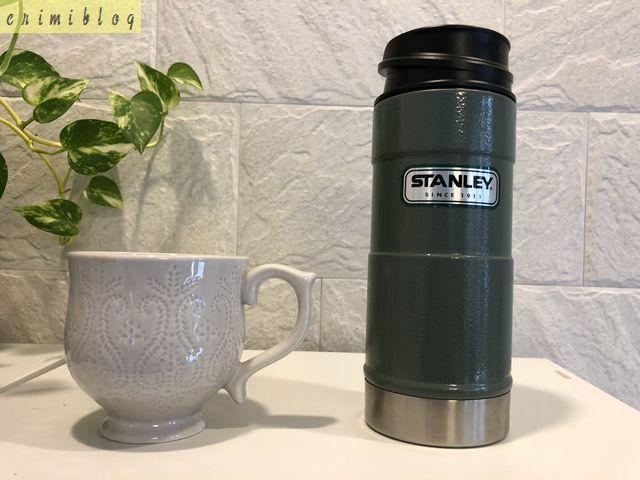 スタンレーのワンハンド真空マグの外観と大きさを比較するためのマグカップ