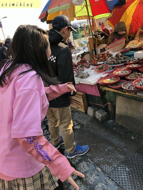 チャガルチ市場の場外で売られている海産物を見て驚く子供