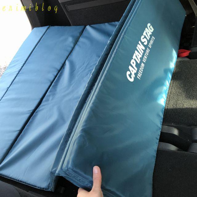 車の後部座席に敷く折り畳み式マットレス