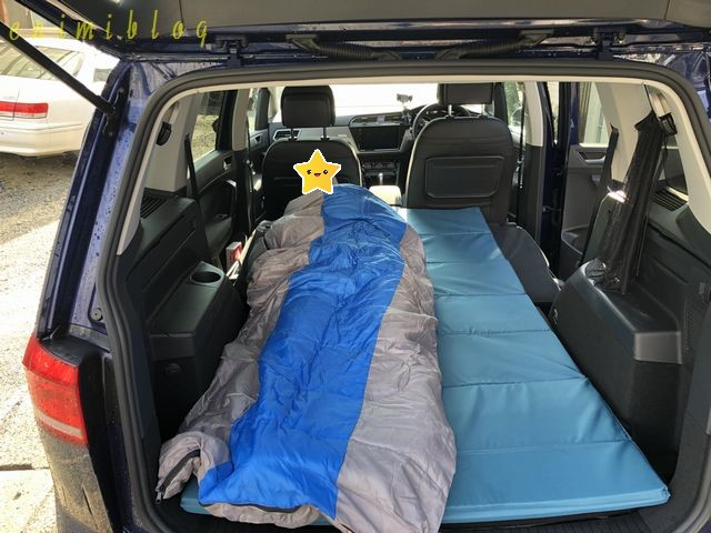 後部座席に敷いたマットレスと寝袋