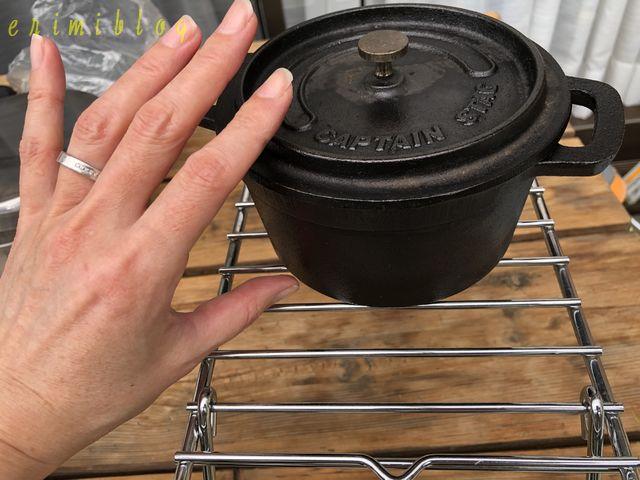 小さいサイズのダッチオーブンと手の大きさを比較