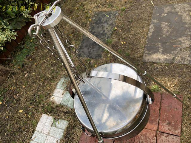 三脚のフックに吊り下げた鍋