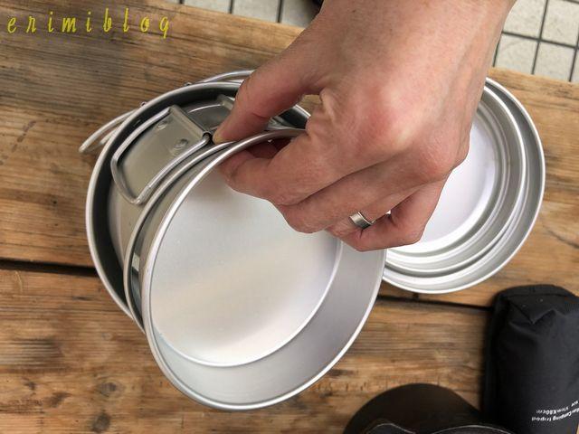 食器を重ねて一つにまとめる
