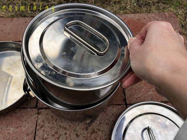大きなサイズの鍋に一回り小さいサイズの鍋を収納